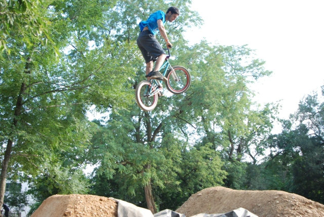 Mike Her flying free and brakeless in Expert Dirt.